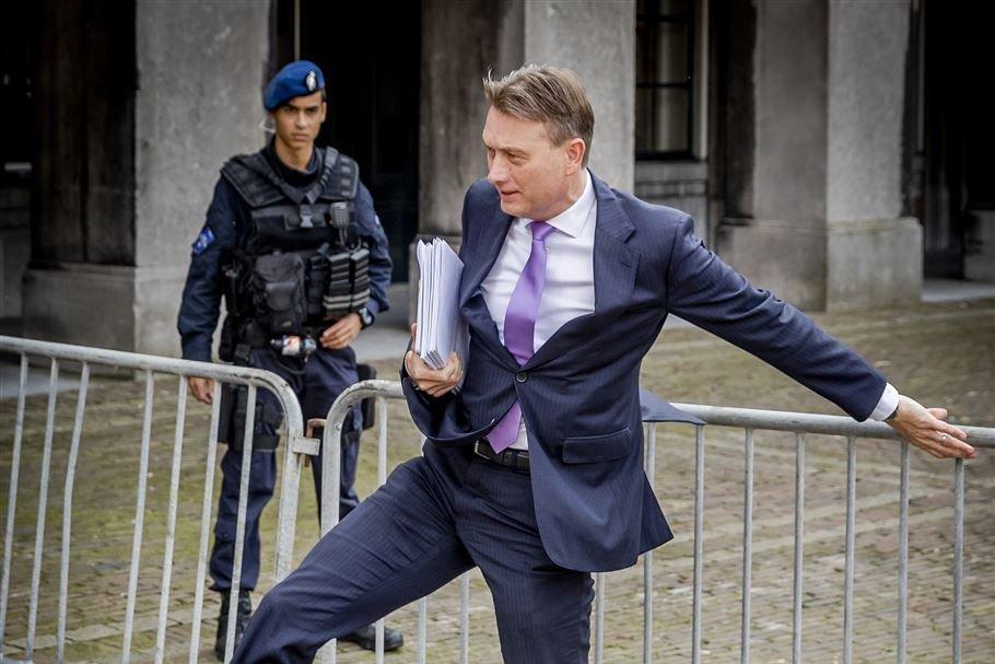 """Ministrul olandez de Externe a demisionat după ce a minţit că s-a întâlnit cu Vladimir Putin care i-ar fi dezvăluit marele său """"plan secret"""""""