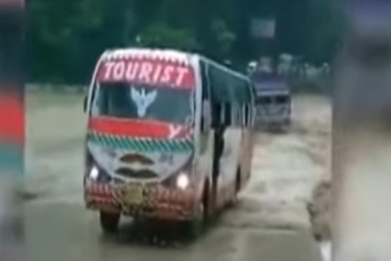 Cel puţin 25 de oameni au murit în India, după ce autobuzul care îi transporta la o nuntă a plonjat într-un râu
