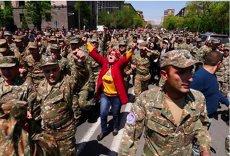 Zeci de mii de protestatari l-au dat jos pe premier. Anunţul făcut azi de Serzh Sargsyan