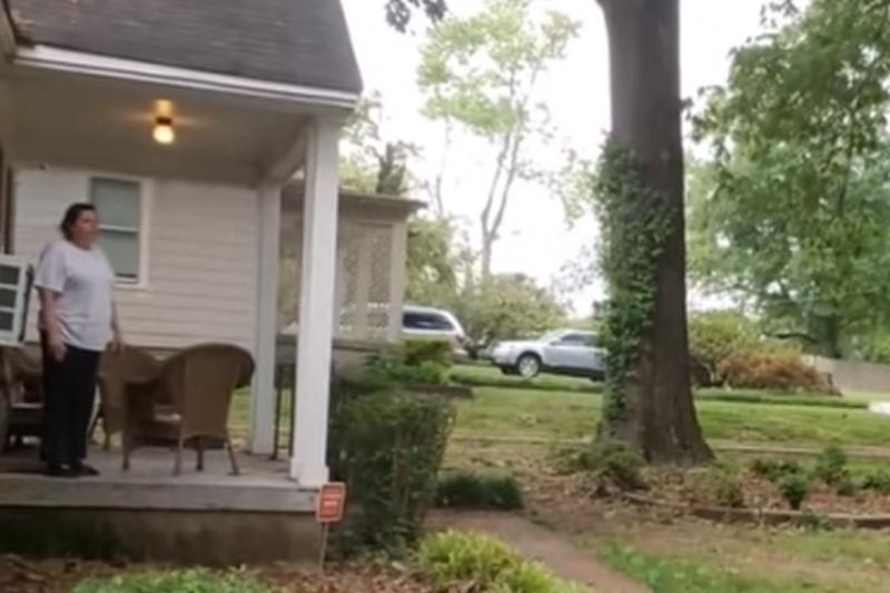 Reacţia incredibilă a unei femei din SUA, după ce a văzut un bărbat de culoare care îşi inspecta propria casă