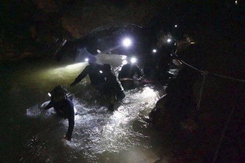 A început operaţiunea de SALVARE a băieţilor şi antrenorului blocaţi în peştera din Thailanda de DOUĂ SĂPTĂMÂNI