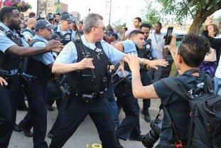 Protest violent la Chicago, după ce un poliţist A ÎMPUŞCAT un tânăr de culoare