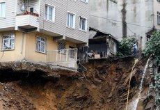O clădire cu patru etaje S-A PRĂBUŞIT în Istanbul. Fundaţia fusese afectată de ploile torenţiale