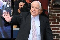 Senatorul american JOHN McCAIN, fost candidat la preşedinţia SUA, învins de un cancer la creier. Era UN PRIETEN al României