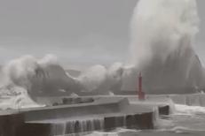Taifun devastator în Japonia. Cel puţin şase persoane au murit în urma distrugerilor, iar peste un milion de oameni, îndemnaţi să-şi abandoneze locuinţele