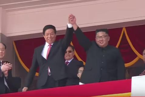 Paradă militară cu BALOANE şi FLORI COLORATE în Coreea de Nord. Kim Jong Un nu mai ameninţă cu rachete balistice