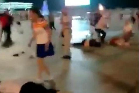 Atac fulgerător în China: 11 MORŢI şi 44 de RĂNIŢI. Un şofer a intrat cu SUV-ul în mulţime, după care a scos UN CUŢIT şi O LOPATĂ