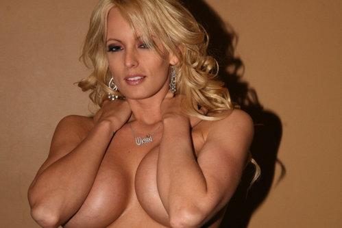 Stormy Daniels promite DEZVĂLUIRI TOTALE. Actriţa porno care susţine că a făcut SEX CU DONALD TRUMP îşi lansează memoriile