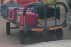 Ce se întâmplă cu bagajele în aeroport? Un cărăuş din Ibiza a fost filmat în timp ce FURA din geamantanul pe care îl transporta