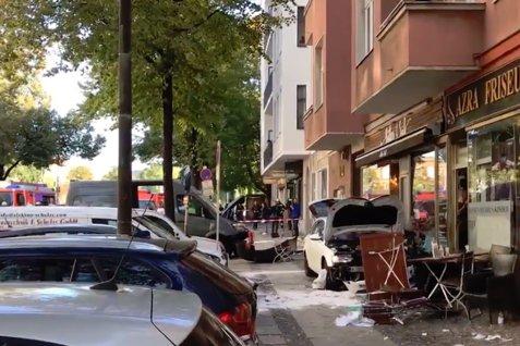Un autoturism LOVEŞTE ÎN VITEZĂ terasa unei cafenele din Berlin: CINCI RĂNIŢI