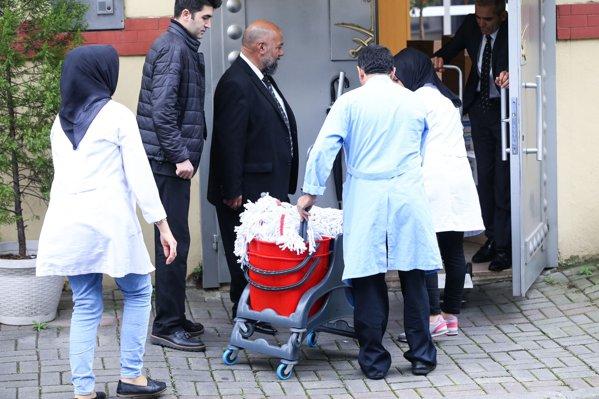 femei de serviciu şi instrumente de curăţat la consulatul saudit din Istanbul