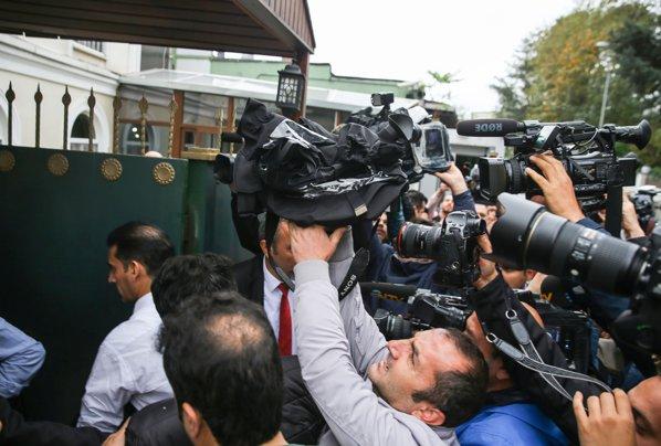 Jurnalişti în faţa Consulatului Arabiei Saudite din Istanbul