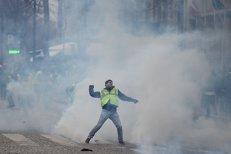 Gloanţe de cauciuc şi gaze lacrimogene contra VESTELOR GALBENE în Paris. Zeci de mii de francezi în stradă