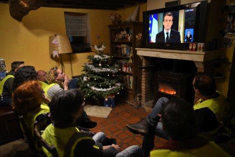 Stare de urgenţă economică şi socială în Franţa. Emmanuel Macron promite 100 DE EURO ÎN PLUS la salariul minim