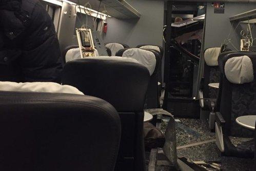 Lăzi de bere şi o prelată desprinsă de vânt LOVESC un tren de călători pe un pod din Danemarca: 6 morţi