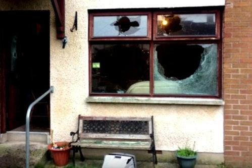 SÂNGE şi CIOBURI peste tot, casa devastată! Români BĂTUŢI cu bâte de baseball de naţionalişti mascaţi în Irlanda de Nord