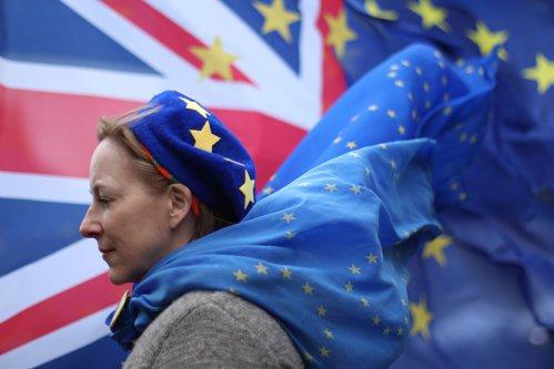 Circa un milion de cetăţeni din Uniunea Europeană, inclusiv români, au primit drept de rezidenţă în Marea Britanie