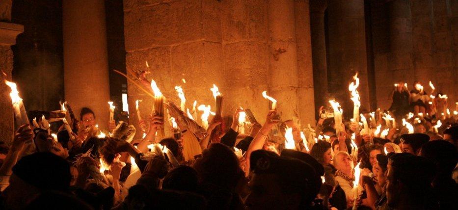 Controversa SFINTEI LUMINI de la Ierusalim: MIRACOL creştinesc sau TRUC chimic