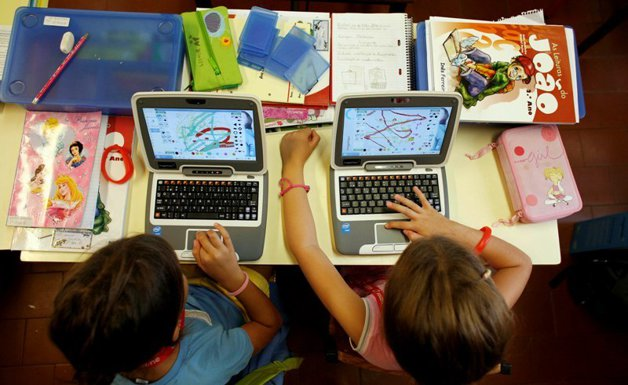 Prea multe ecrane pentru un copil mic! Un copil de 7 ani stă un an, zi şi noapte, în faţa televizorului sau a laptopului
