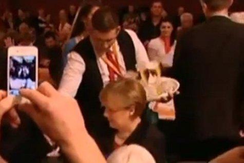 VIDEO. Cum reacţionează cea mai puternică femeie din lume, Angela Merkel, când un chelner varsă bere pe ea