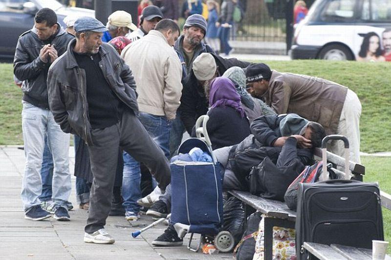 """50 DE CERŞETORI ROMÂNI au """"ocupat"""" un parc din zona selectă a Londrei. """"Îşi fac nevoile în văzul lumii şi ne jefuiesc sub ameninţarea cuţitelor"""""""