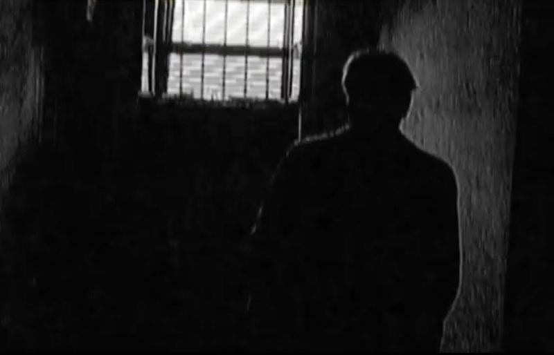 """La Peciu Nou, lângă Timişoara, torţionarul Constantin Istrate trăieşte ca o mumie în cavou, sub paza strictă a soţiei: """"Plecaţi, dracului, acasă! Istrate e mort. Lăsaţi-l să doarmă-n pace!"""""""