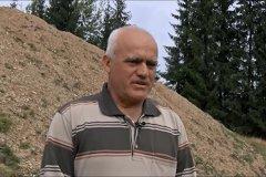 """CURAJUL apicultorului amator Aristide Maxim de a stopa construirea unei GROPI DE GUNOI în vârful muntelui. Din 1.000 de săteni afectaţi, doar câteva zeci îndrăznesc să protesteze: """"De ce să vorbim? Ca să avem probleme?!"""""""