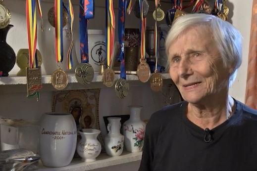 """Are 90 de ani şi e campioană mondială de veterani la 10 km marş. Elena Pagu: """"Unii îşi fac cruce când mă văd şi-şi spun: uite-o cum aleargă în loc să meargă la biserică!"""""""