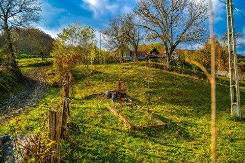 """Comuna din România care n-are cimitir, iar morţii sunt îngropaţi în grădină. Primar: """"Sunt conservatori, nu-i putem scoate dintr-ale lor"""""""
