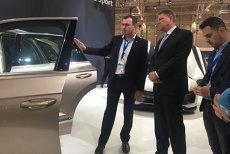 Klaus Iohannis, la Salonul Internaţional de Automobile: S-a urcat în trei automobile şi a ironizat guvernul