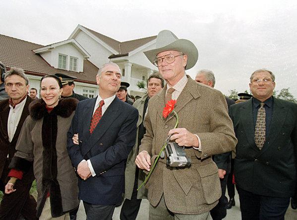 Larry Hagman în vizită la Southfork Ranch de Slobozia. Cu Ilie Alexandru şi prinţul Paul