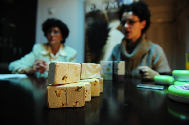 Săpunuri şi creme româneşti 100% naturale, uimitoarea afacere anticriză a unei mame şi a fiicei sale