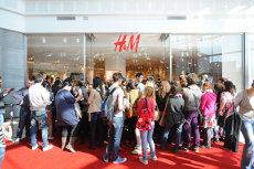 ISTERIE. SUTE DE FETE DE MALL – trei ore la coadă, închise în ţarcuri, să apuce primele haine H&M