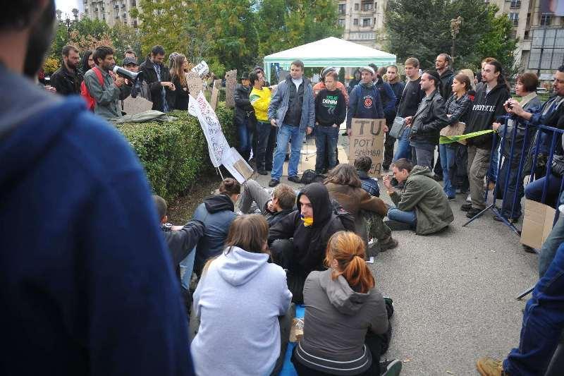 """Cei 50 de români care au vrut să ocupe Capitala. Operaţiunea """"Occupy Bucharest"""" s-a desfăşurat într-un ţarc al Jandarmeriei şi s-a terminat în ploaie"""