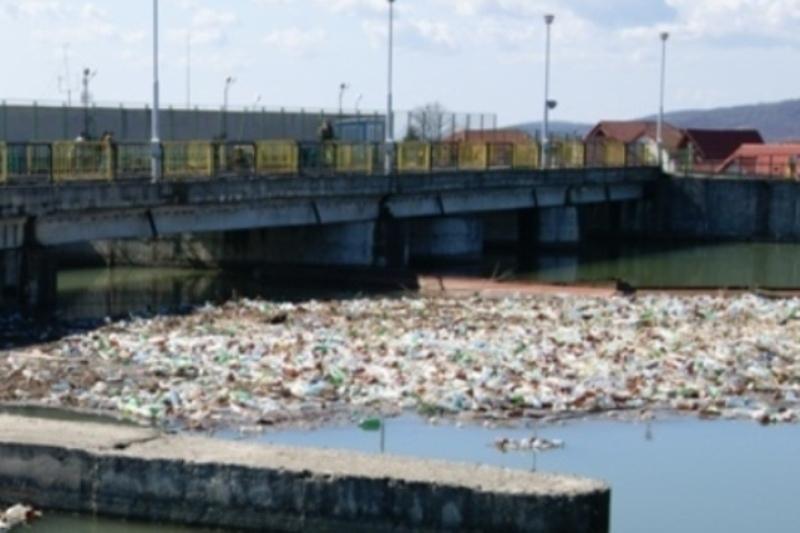 Cum s-a înecat hidrocentrala de pe Jiu în PET-urile românilor nesimţiţi