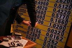 Leul s-a depreciat vineri în raport cu euro şi dolarul american