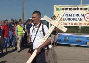 """""""DRUM DECEDAT"""". Ajunşi la capătul răbdării, mai mulţi şoferi au făcut slujba de pomenire a celei mai proaste şosele din România"""
