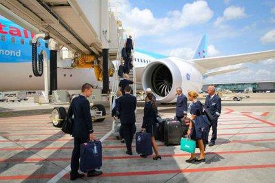 Companiile aeriene low-cost caută stewardese în România. Ce salarii oferă