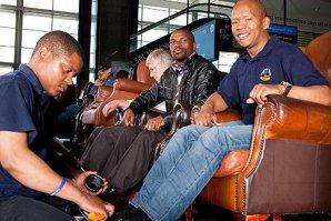 Câţi bani câştigă acest sud-african lustruind pantofi în aeroporturi