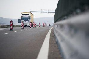 Segmentul din autostrada Sibiu-Orăştie deschis cu două zile înainte de turul doi al alegerilor are deja fisuri. Cum comentează CNADNR