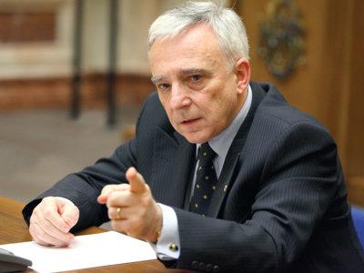 Guvernatorul BNR: Piaţa financiară este cam dezechilibrată, trebuie dezvoltate şi alte segmente decât băncile