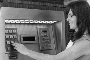 Astăzi se împlinesc 46 de ani de când a fost dat în folosinţă primul bancomat din lume