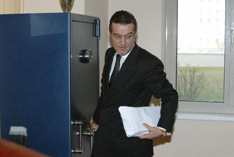 Angajatul Gigi Becali şi-a ridicat SALARIUL de la Avicola Iaşi. INCREDIBIL câţi bani a primit