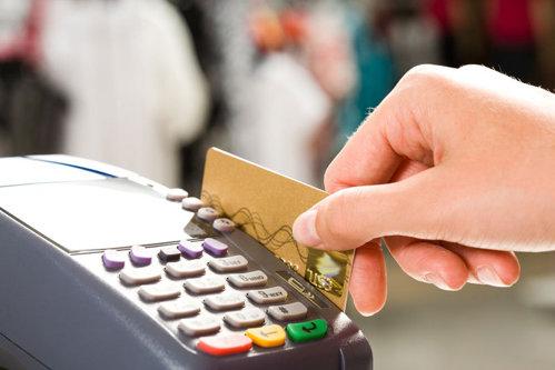 Fiscul vrea să aibă acces la datele românilor care plătesc cu cardul, fără notificare, permisiune sau mandat. Precizările Finanţelor