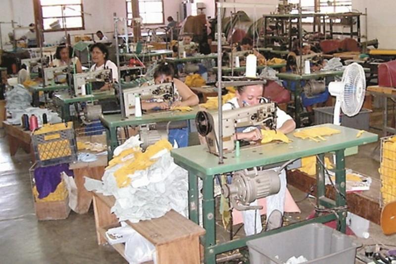 Cel mai mare producător de textile de pe piaţa românească închide fabrica: