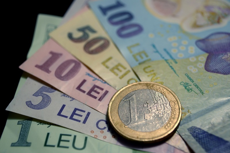 Leul s-a prăbuşit. Cea mai slabă cotaţie faţă de euro din ultimii 4 ani şi 5 luni