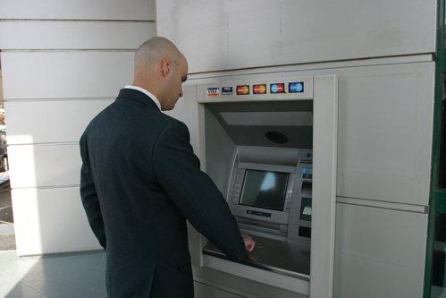 Două dintre cele mai importante bănci din România fuzionează