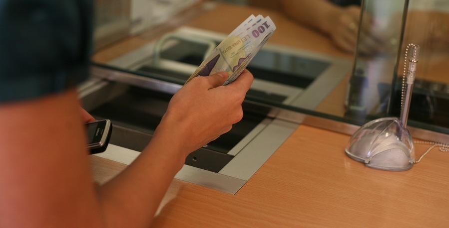 În era digitalizării, românii preferă să discute cu angajaţii băncilor faţă în faţă