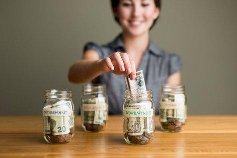 Călătorii, o casă sau o investiţie la bursă? Ce face generaţia Millennials cu banii şi de ce ar trebui să se gândească la pensie