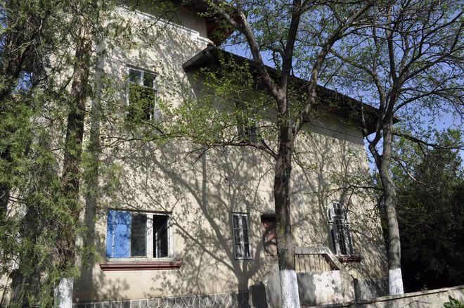 Cum arată conacul interbelic cu 18 camere, heleşteu şi curte de 1200 de metri pătraţi mai ieftin decât o garsonieră în Bucureşti